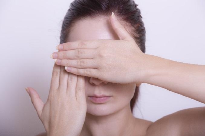 顔を隠す女性